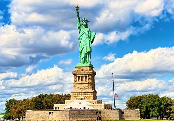 Статуя Свободы имеет высоту 46,5 метра, но сама скульптура размещена на платформе высотой 55,5 метра. В результате высота всей конструкции становится 102 метра